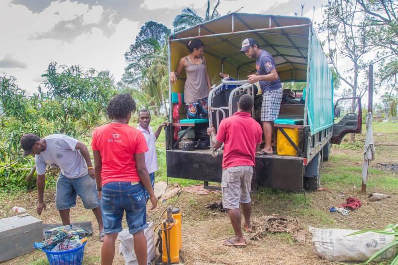 Cargando la casa después ciclón