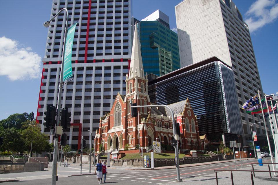 Iglesia entre edificios