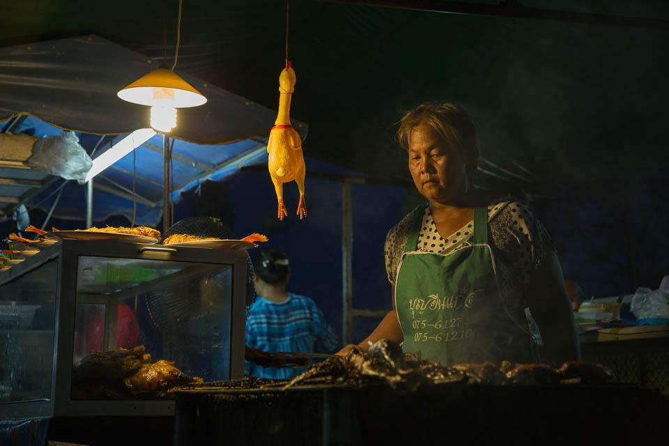 Mujer con pollo.