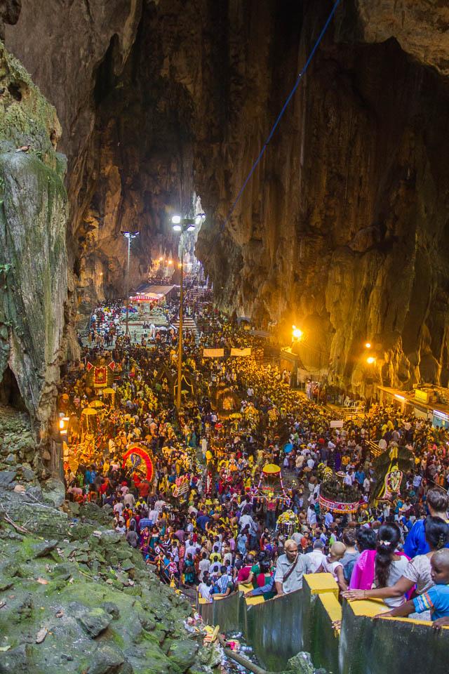 Miles de personas en la cueva.