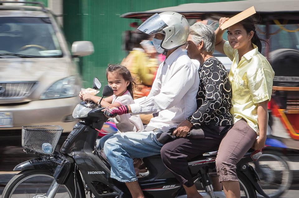 Toda la familia en moto.