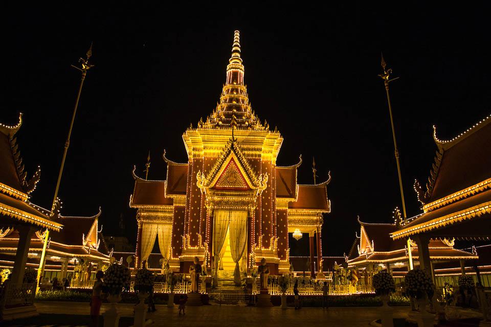 Templo de noche.
