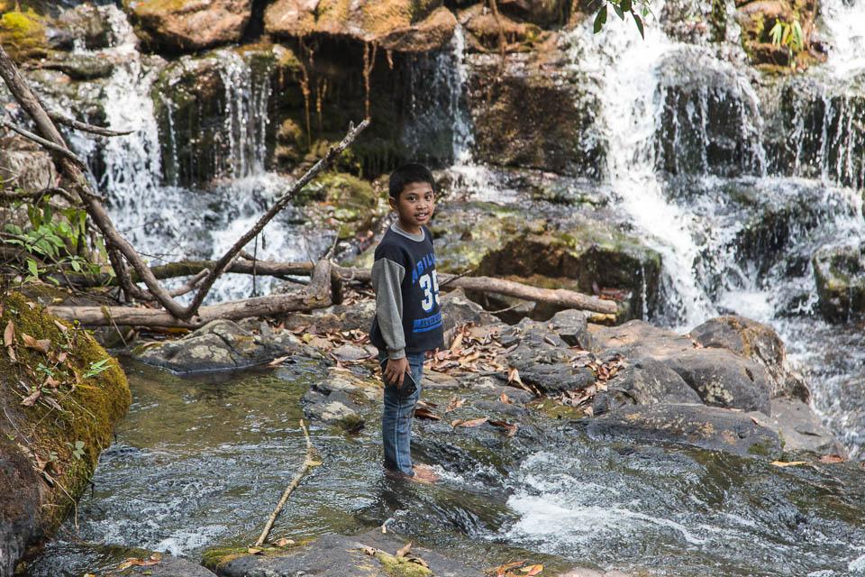 Niño en las cascadas.
