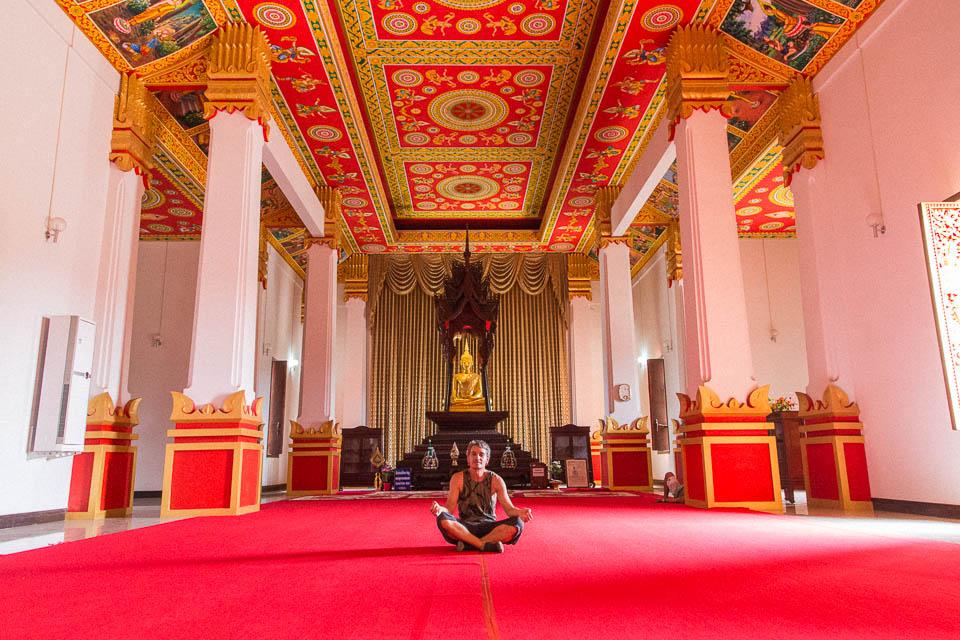 Meditando en un templo.