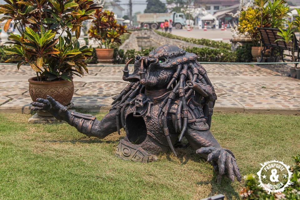 Estatua depredador en el templo.