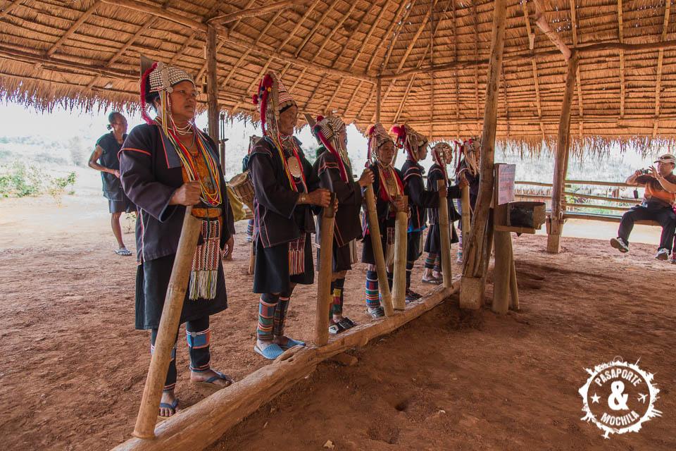 Mujeres haciendo el ritual bienvenida.