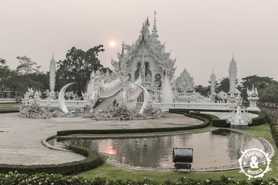Wat Rong Khun al atardecer.