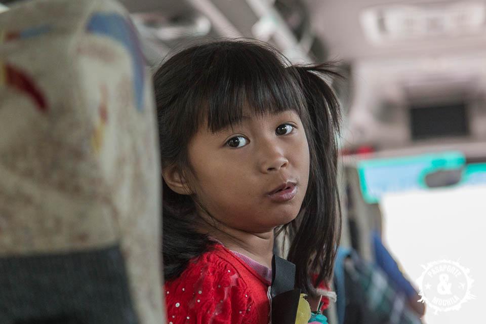 Niña bus hacia Bangkok.