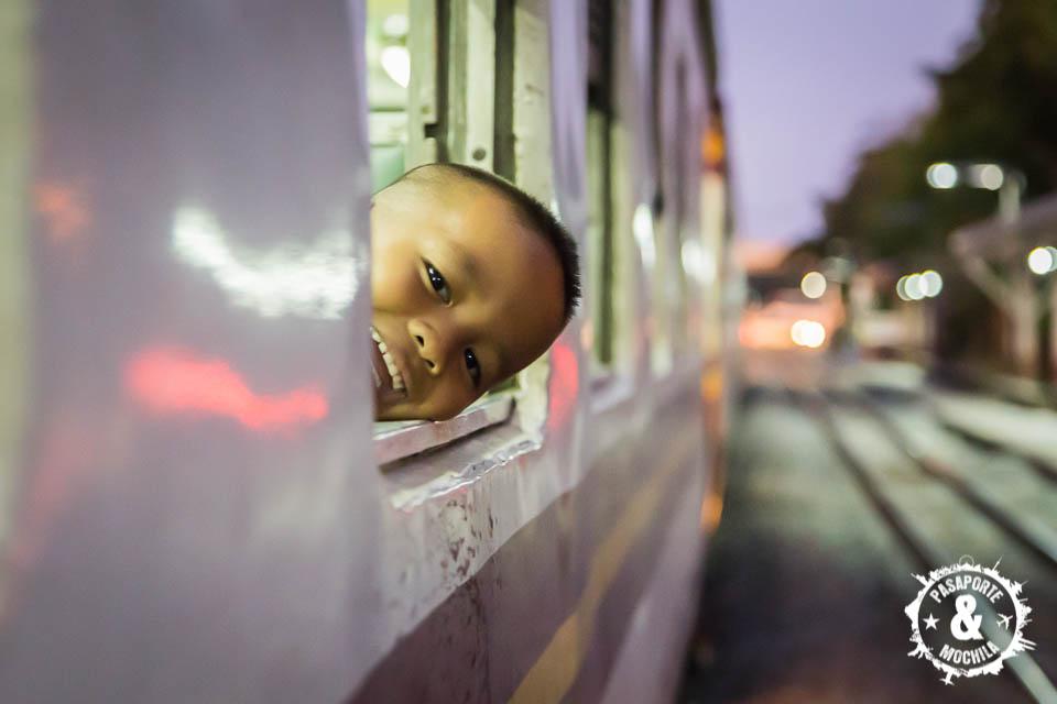 Feliz en el tren