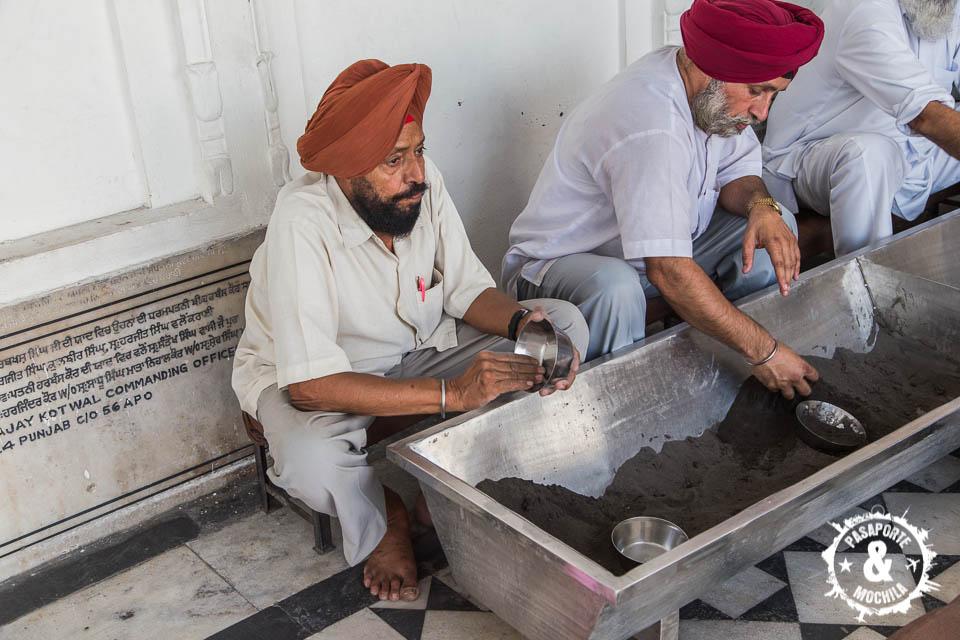 Voluntarios limpiando cazos