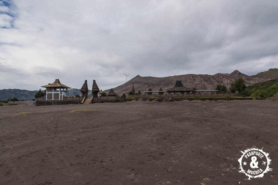 Templo hindú a los pies volcán.