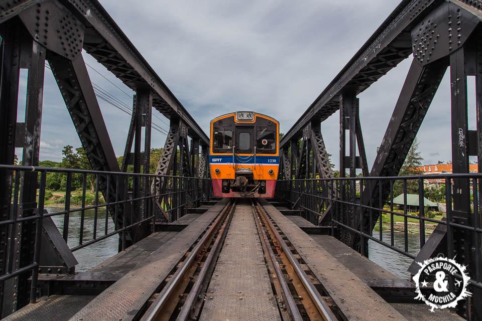 Tren turístico cruzando el puente