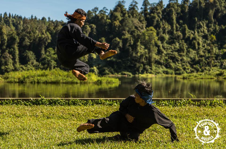 Llaves marciales con el lago de fondo